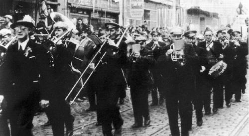 Der Musikverein Eintracht als Teilnehmer eines Fastnachtszugs nach 1948 beim Marsch durch die Karlstraße in Offenbach