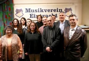 Bildbeschreibung von links nach rechts: Ruth Börner (Revisorin), Sigrid Tigges (Notenwärtin), Isabel Roth (Jugendvertreterin), Marc Götz (Inventarverwalter), Martina Ockel (1. Schriftführerin), Daniel Götz (2. Schriftführer), Christian Sporn (2. Kassierer), Horst Ludwig (Passivenvertreter), Markus Merkel (2. Vorsitzender / Geschäftsführer), Rainer Roth (1. Kassierer) und Georg Zahn (1. Vorsitzender).