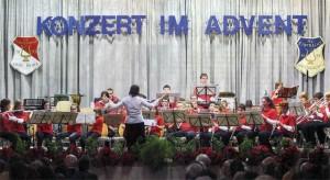 """Das Jugendorchester des Musikvereins eröffnete das """"Konzert im Advent"""" von Eintracht und Polyhymnia mit der Filmmusik aus """"Fluch der Karibik"""". (Foto: Georg)"""